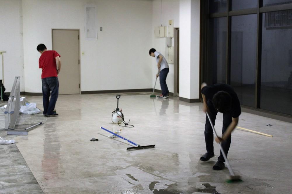 展示の前日に会場の床を掃除する。筆者の撮影。