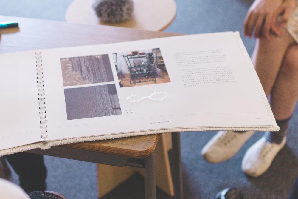 本物の作品や素材を冊子に張り付け、素材感や仕上がりを伝える