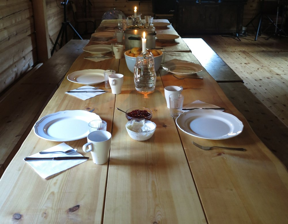 The hosts in Avdalen welcomes groups of hikers with good food at the farm. Photo: www.bulderogbrak.no