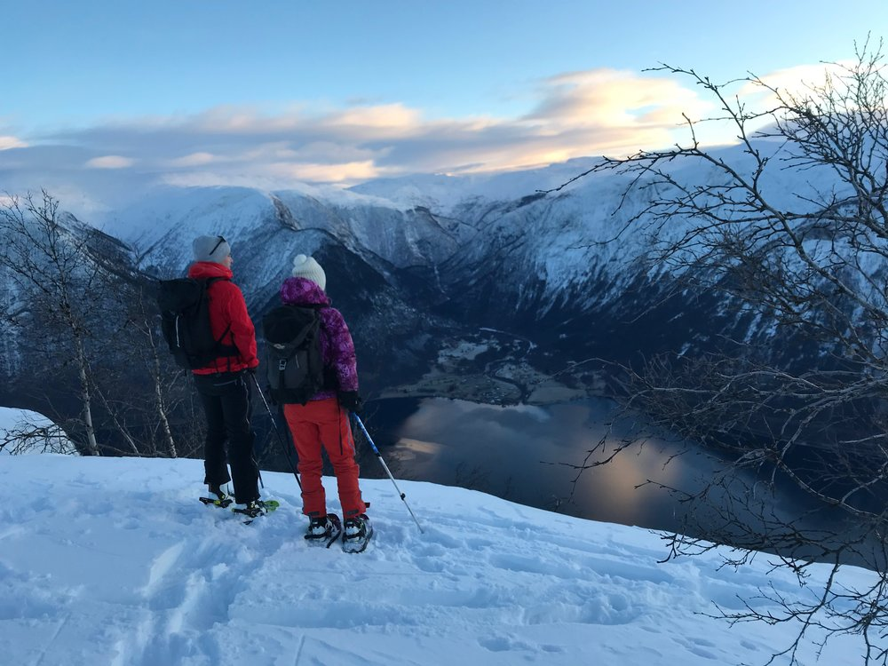 Guides from Bulder&Brak Opplevingar takes you on a hike with snow shoes in the most spectacular surroundings! Photo: bulderogbrak.no