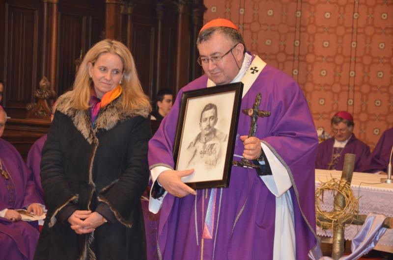 Vinko Cardinal Puljic, president of the bishops' conference of Bosnia-Herzegovina, holds a relic and picture of Emperor Charles I of Austria during a March 8 assembly in Sarajevo, Bosnia-Herzegovina. The relic was a special gift from the Kaiser Karl League of Prayer for Peace. (CNS photo/Paul Wuthe, courtesy Katholische Presseagentur Osterreich)