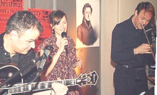 """LIPPISCHE LANDES-ZEITUNG, 4.12.10 Eingespieltes Team: Shawn Grocott (Posaune), Wolfgang Meyer Johanning (Gitarre) und Gabriela Koch trafen mit ihrem """"Jazzy Christmas"""" genau den richtigen Ton. Foto: Schwabe"""