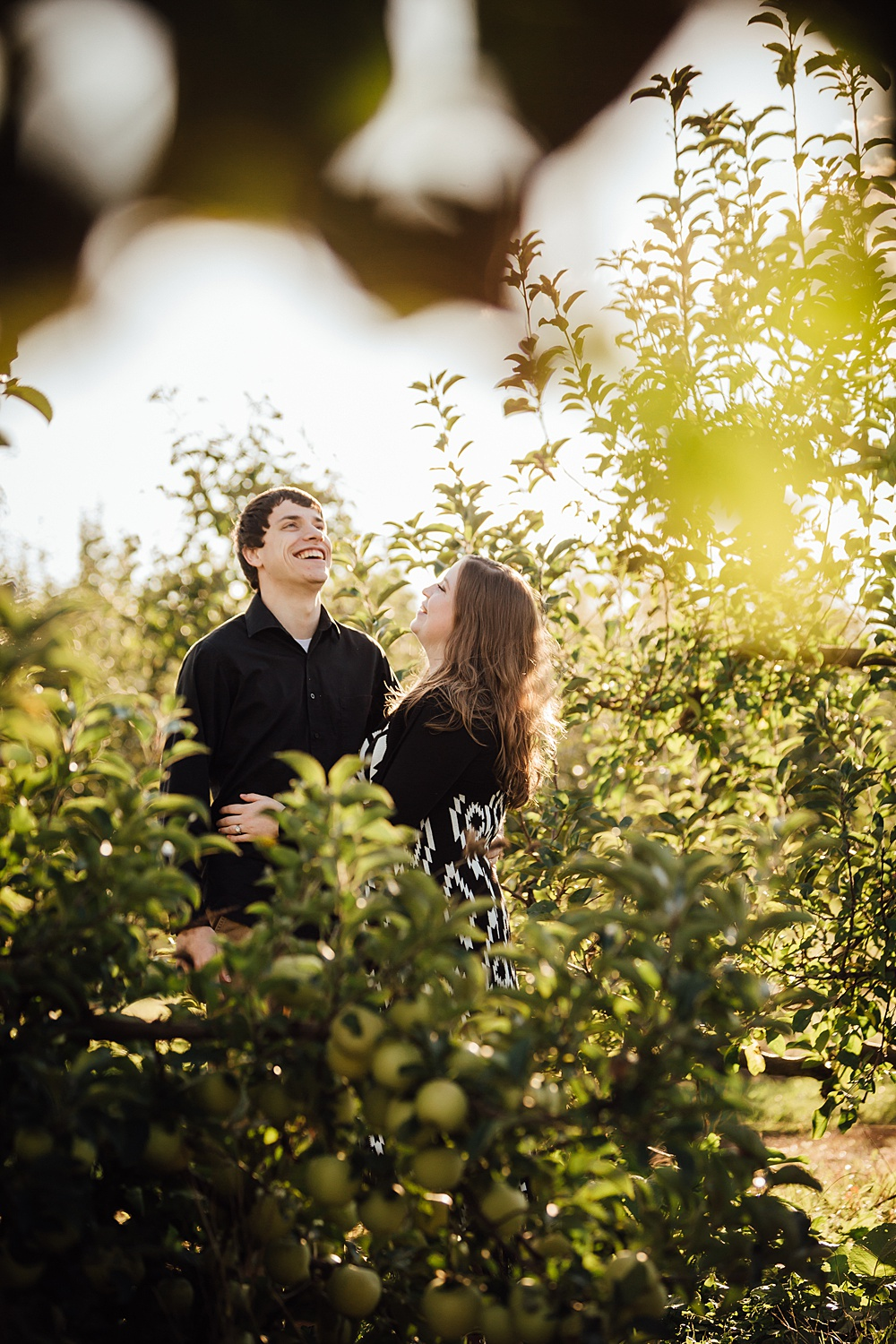 fall_apple_orchard_engagement-photography002.jpg