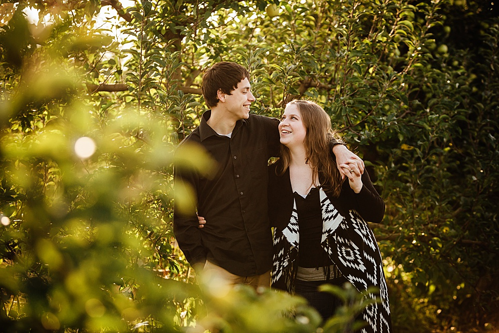 fall_apple_orchard_engagement-photography005.jpg