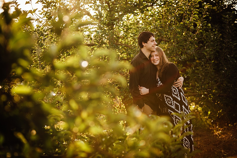 fall_apple_orchard_engagement-photography009.jpg