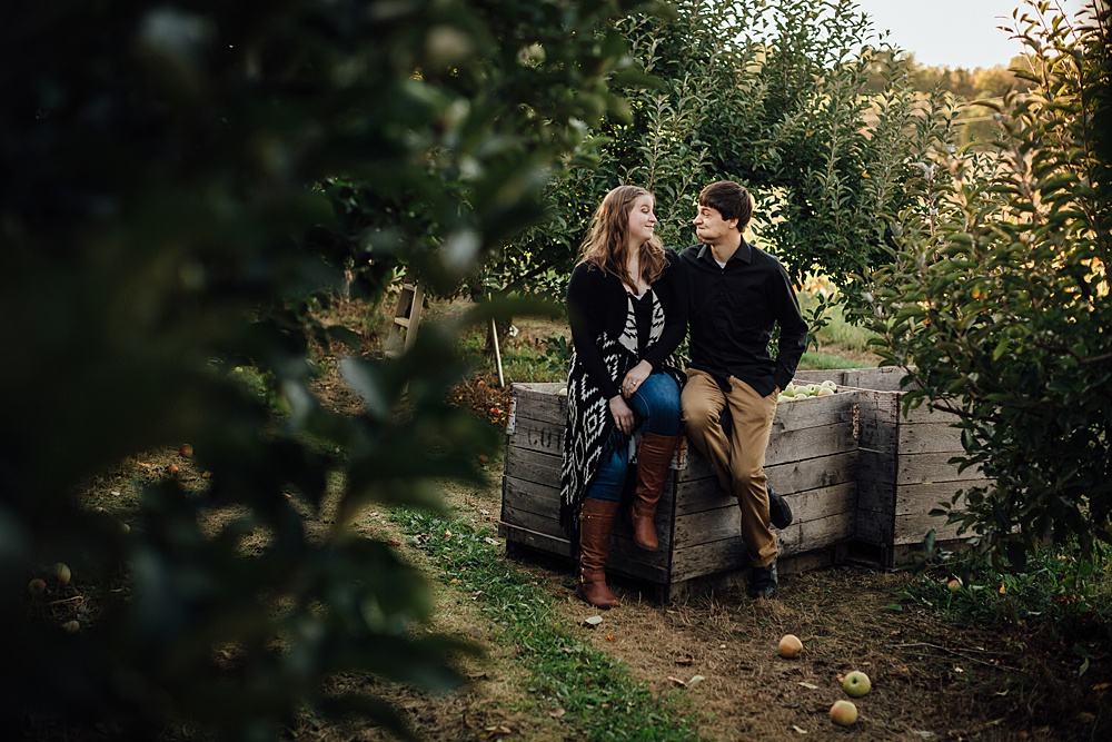 fall_apple_orchard_engagement-photography029.jpg