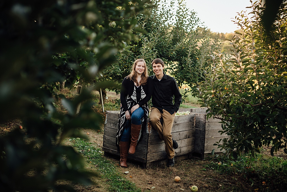 fall_apple_orchard_engagement-photography028.jpg