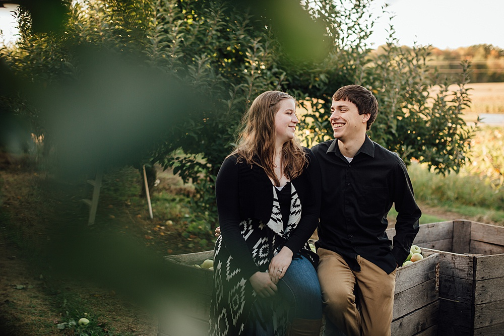 fall_apple_orchard_engagement-photography030.jpg