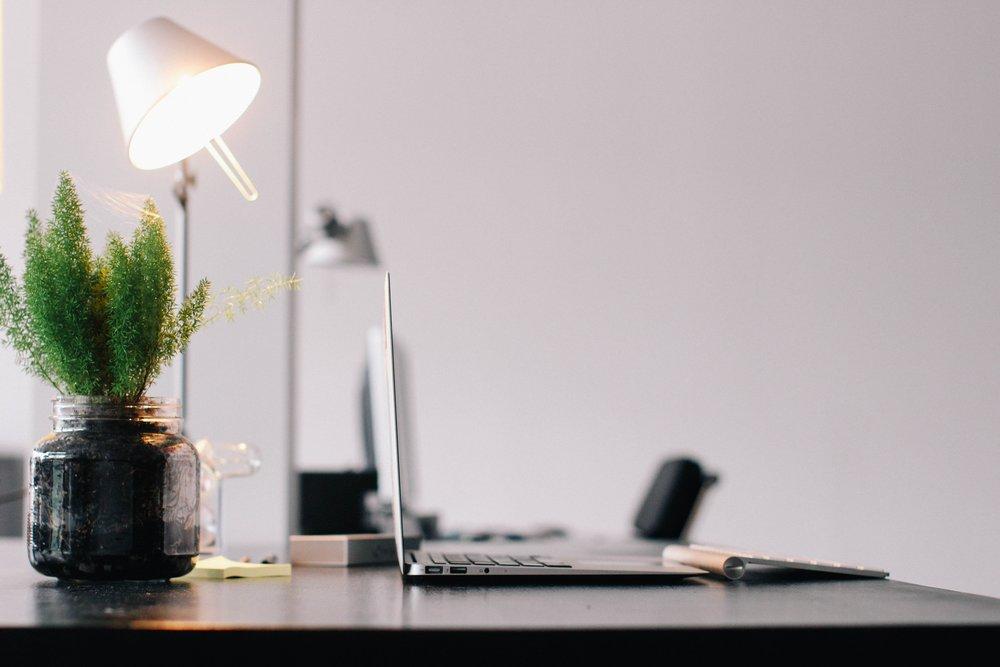¿Cómo trabajamos? - 1. Escoge uno de nuestros servicios2. Recibirás un email asignándote a un agente personal que te ayude con tu proyecto3. Disfruta los resultados