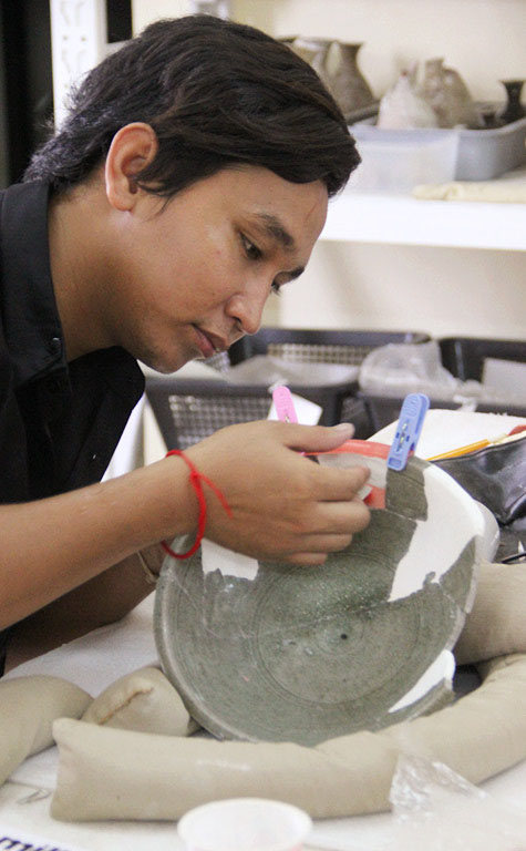 Here, Thy Sereyvuth is conserving a Celadon ware from the Koh Sdech shipwreck. Photo courtesy of Tep Sokha.