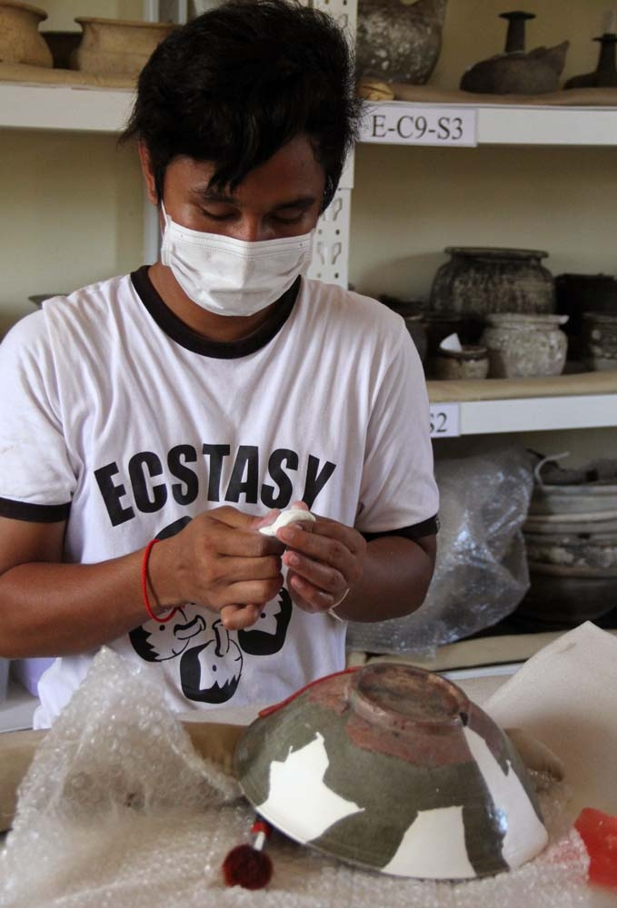 Here we see Thy Sereyvuth, filling the missing gaps of a Celadon ware from the Si Satchanalai kiln in Thailand. Photo courtesy of Tep Sokha.