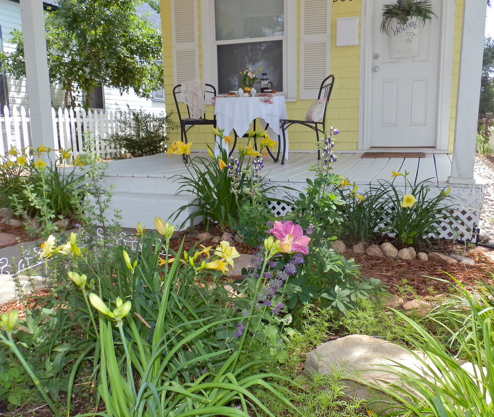 Charming Front Porch for your morning coffee and coissants