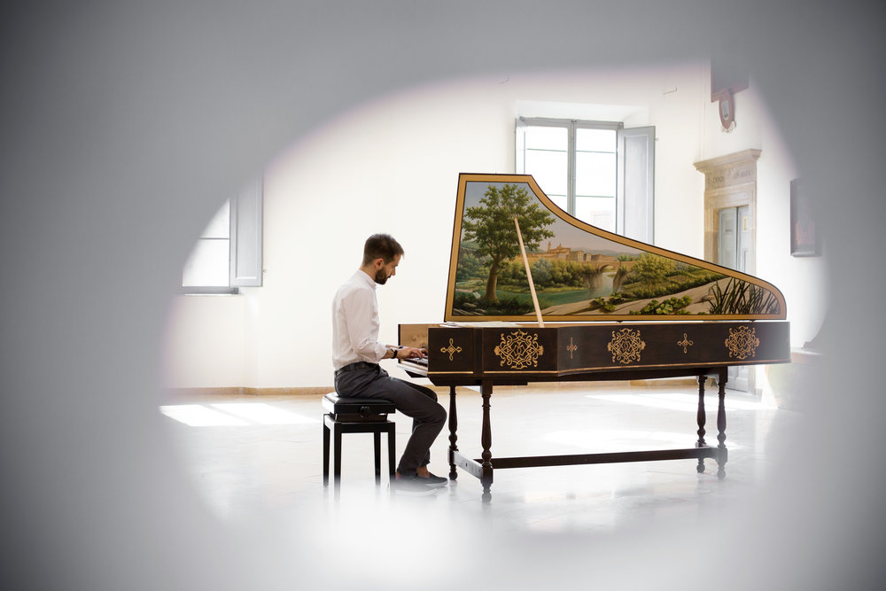 Photo:  Moesse . | Harpsichord:  Federico Mascheroni . | Painting:  Americo Salvatori .