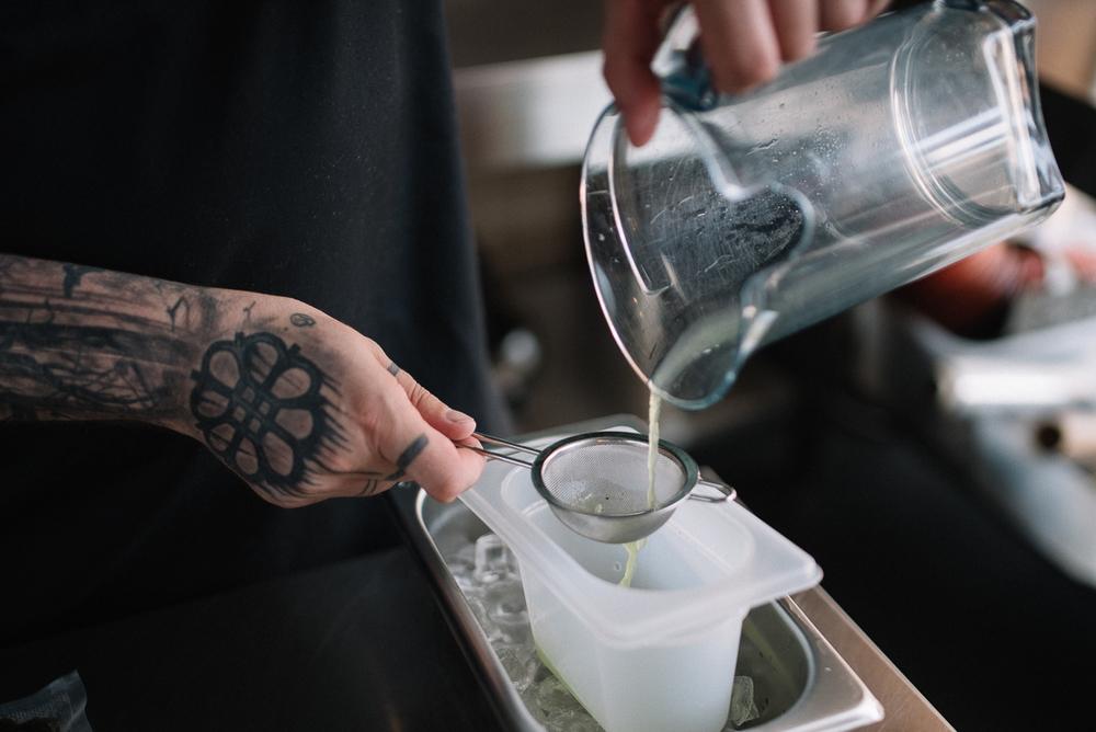 Izspiestā gurķu sula tiek notecināta caur sietu traukā, kurš stāv uz ledus, jo ēdienam būs jābūt aukstam, nevis istabas temperatūrā. Gurķu sula šeit tiek sajaukta ar zemeņu sulu un jūraszāļu buljonu.