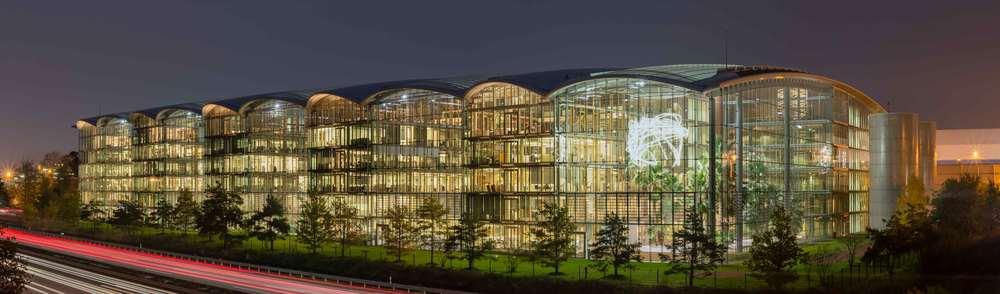 Lufthansa Aviation Center Frankfurt - Ingenhoven Architects - Artwork: Cerith Wyn Evans - Photo: Norbert Nagel, Wikimedia Commons