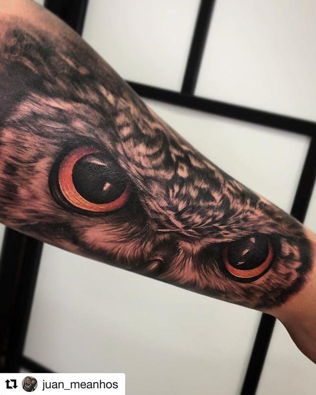 Tattoo realizado por @juan_meanhos en @noratattoocoruna !! Gracias Alex por la confianza 🙌🏻 . #noratattoostudio #noratattoocoruna #noratattoocompostela #thebestspaintattooartists #thebesttattooartists #realistic #realistictattoo #blackandgrey #blackandgreytattoo #eyes #eyestattoo #owl #owltattoo #ink #inked #inkedup #inkedboy #tattooedboys #armtattoo