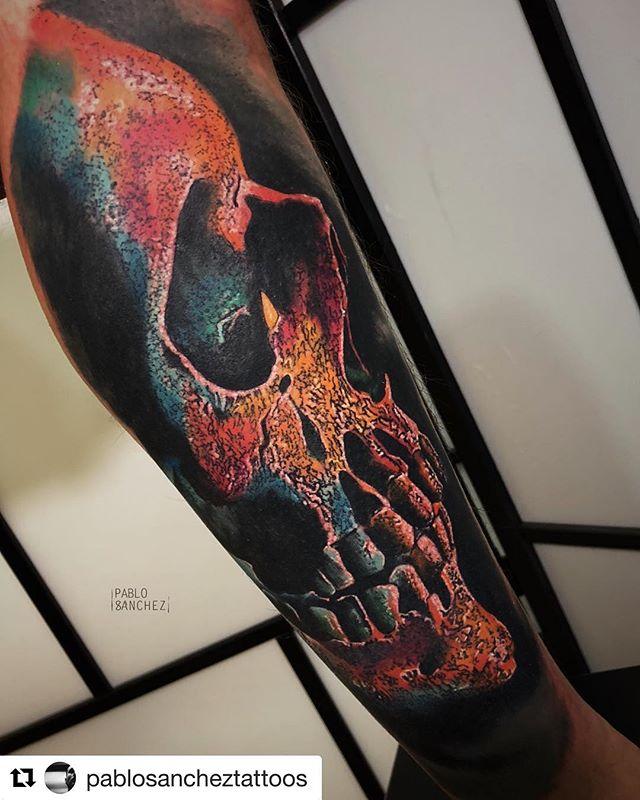 Color skull!! 🤘🏻💀 Trabajo de @pablosancheztattoos en la patita de @chris_weishaupt  En @noratattoocoruna !! . #noratattoostudio #noratattoocoruna #noratattoocompostela #tattoo #tattoolife #skull #skulltattoo #colorskull #fullcolortattoos #thebesttattooartists #thebestspaintattooartists #worldfamousink #balmtattoo #cheyennetattooequipment #ink #inkedup #inkedboy