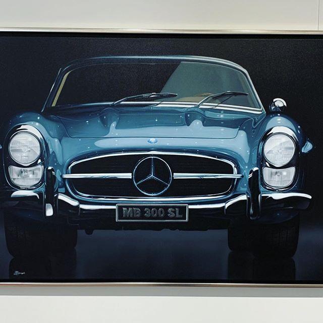 💥 Paolo Brugiolo 💥 - Der italienische Künstler zaubert hyperrealistische Kunstwerke auf seine Leinwände und konzentriert sich vor allem auf die Darstellung von Autos, Stillleben und Blumen🏎👨🏻🎨 . . @paolobrugiolo.art #GalerieBaumgartl #paolobrugiolo #mercedesbenz #ferrari #hyperrealism #artworks #München #carsofinstagram #marienplatz #BayerischerHof #Kunst #Kunstwerk #kunstliebe #kunstliebhaber #bilder #munich #bayern #münchenblogger #münchenliebe  #germany #künstler #künstlerisch #Galerie #galerist #artwork #popart #classicalart #illustration #artistsoninstagram #bayerischerhof #hotelbayerischerhof