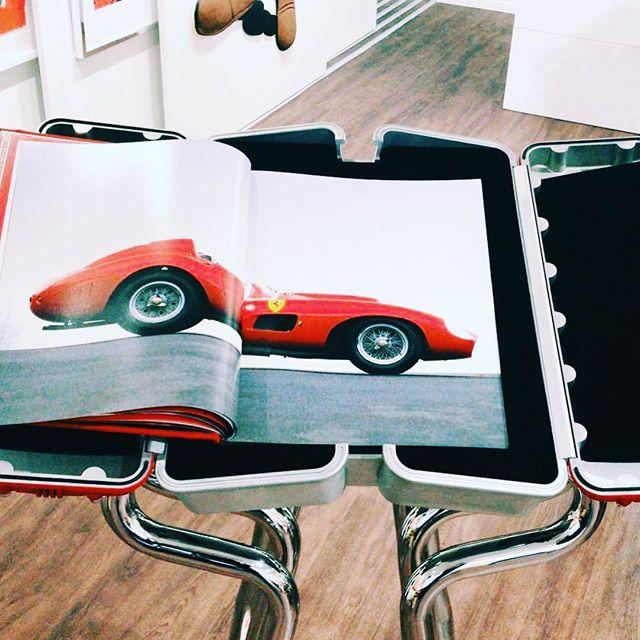 Für Ferrari Fans ein auf 250 Exemplare ltd. Buch inkl. Gestell aus Auspuffrohren... Von John Elkann, Pierro Ferrari und dem kürzlich verstorbenen Sergio Marchionne signiert —  nur noch ca. 15 Exemplare (je 25.000,-)