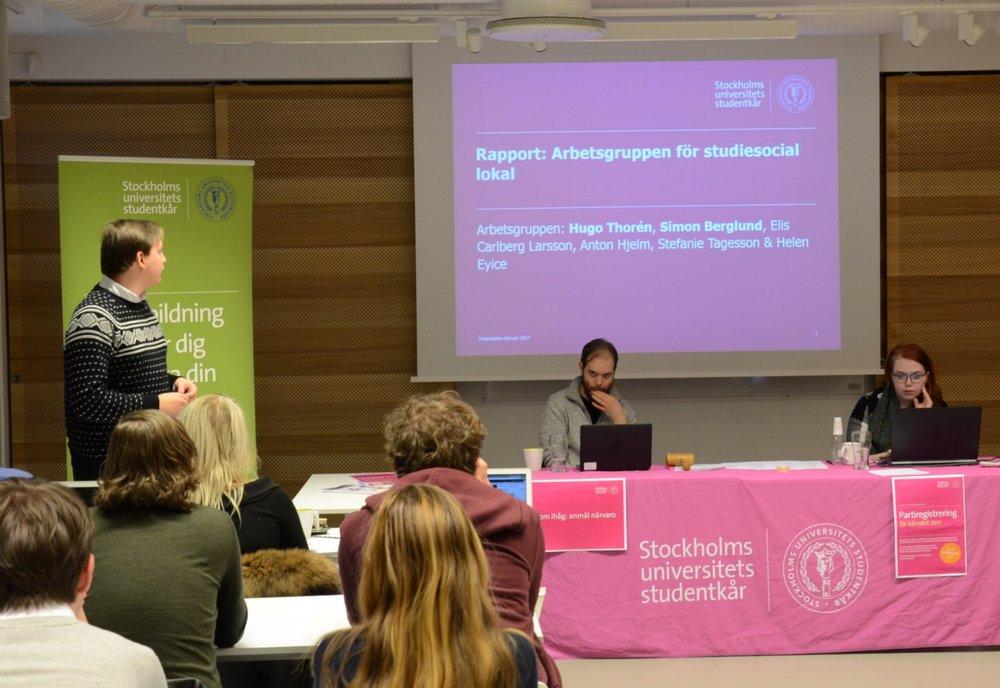 Hugo Thorén (MST) föredrar resultatet från Arbetsgruppen för studiesocial lokal. (Foto: Anton Jägare)