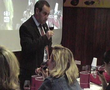 D. Enrique Bravo.   Enólogo. Catador Oficial del Gobierno de Canarias. Experto en cata de vinos, chocolates y mieles. Fue presidente del Consejo Regulador de la Denominación de Origen del Valle de la Orotava.