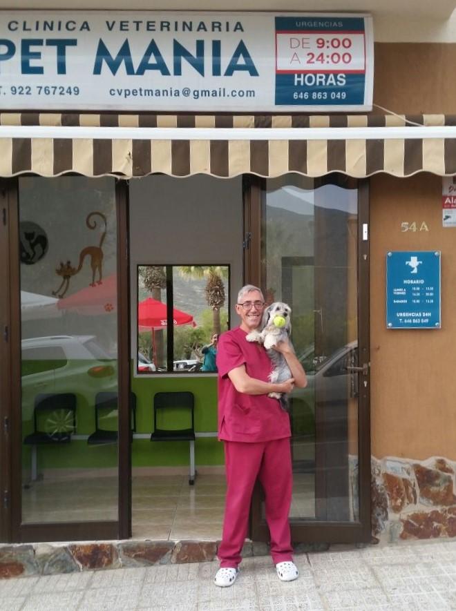 """Cada vez más orgullosos de la formación de nuestros alumnos de Auxiliar de Veterinaria y cada vez más orgullosos de su trabajo en las clínicas.  Hoy nos trasladamos al sur de Tenerife, concretamente a la Clínica Veterinaria Pet Mania para felicitar a Ignacio Val Armentia, que se ha convertido, en palabras textuales de Tony el veterinario, en la mano de derecha de la clínica. """"Nacho"""" ha sido recientemente contratado y no es de extrañar, ya que era uno de los alumnos destacados de nuestra última edición de los cursos de Auxiliar de Veterinaria y Auxiliar de Quirófano Veterinario.  Desde Centauro Congresos agradecemos a Antonio Lima la oportunidad que le ha brindado y estamos seguros de que Ignacio seguirá creciendo y formándose al lado de un gran veterinario."""