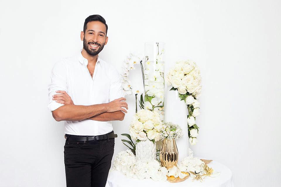 Romulo Leal, decorador Venezolano con base en Tenerife. Su trabajo es una combinación de su amor por las flores y su pasión por el diseño y la organización de eventos. Sus creaciones son vistosas, utilizando la forma, los detalles, el color, la personalización y la simplicidad para producir un efecto dramático. Impresionante e inolvidable.