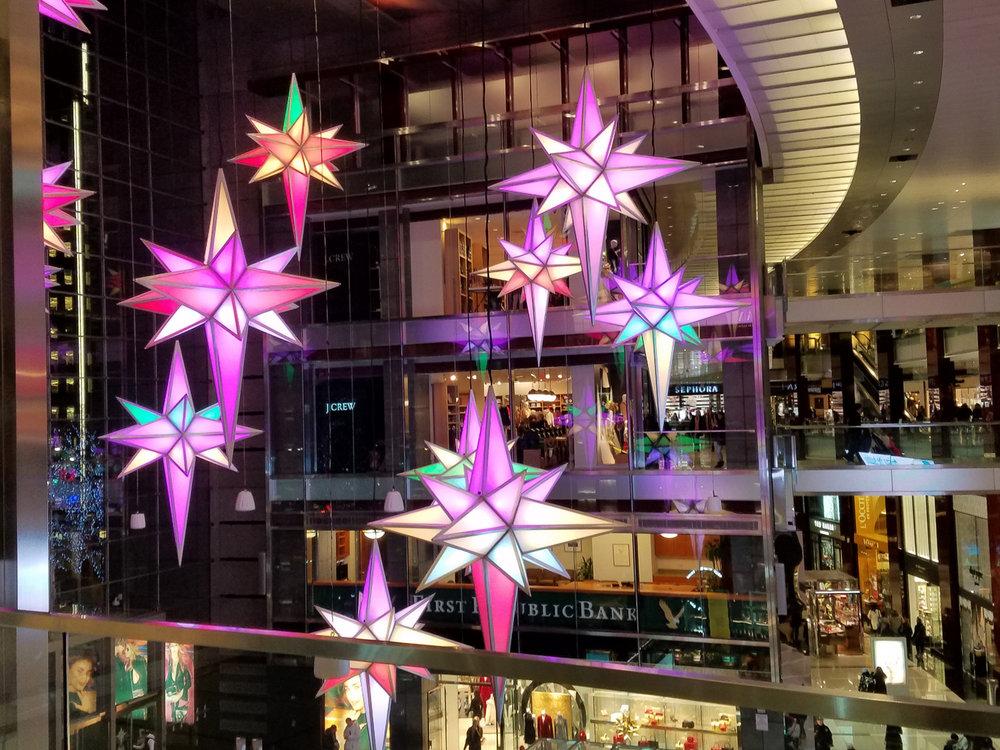 The stars of changing colors in the Time Warner Center, from Christmas in New York, Video No. 2
