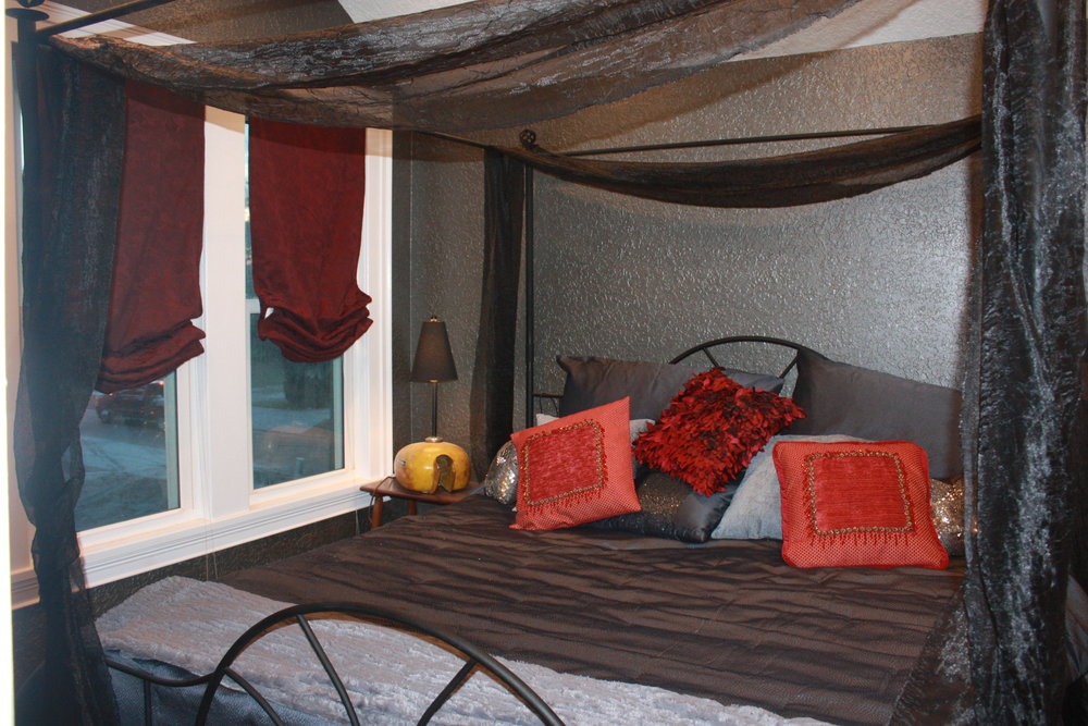 The steel horse room canopy king bed