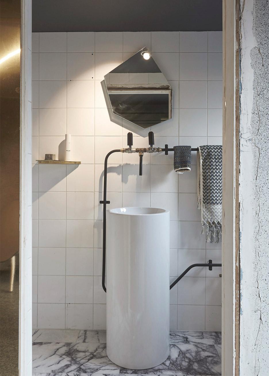 microlux-melbourne-australia-apartment-interior-design-edwards-moore_dezeen_936_7.jpg