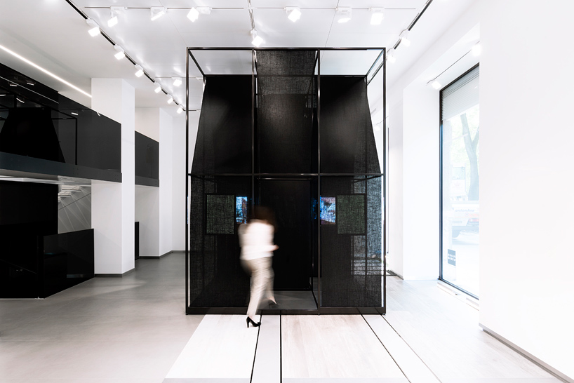 SET-architects-album-bff016-installation-florim-store-milan-designboom-02.jpg