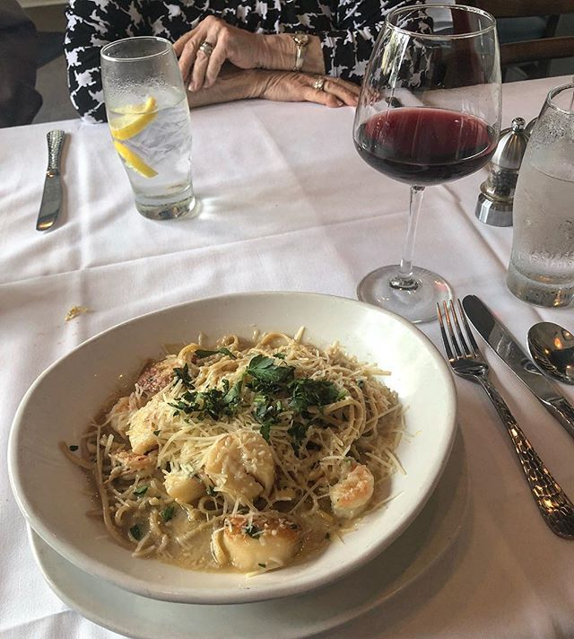 All heart eyes for last night's shrimp and scallop linguine. 😍 (Also breaking the rules by drinking red wine with seafood.)