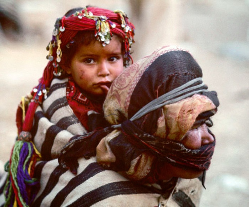 Morocco. High Atlas Mountains. Berber mother and daughter..               Photographer:  Victor Englebert
