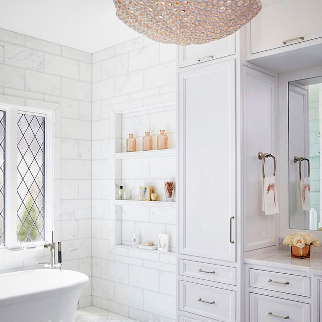 I'm prepping for a tile and slab selections meeting tomorrow for a client (which, if you know me well, is basically like waiting for Christmas morning!) Feeling inspired by this gorgeous master bath space by @amyvermillioninteriors ... especially this large and lovely niche! Ideally, the master bath should provide a peaceful beginning and end to each day. Here 👆🏻 it's mission accomplished ✨#zen