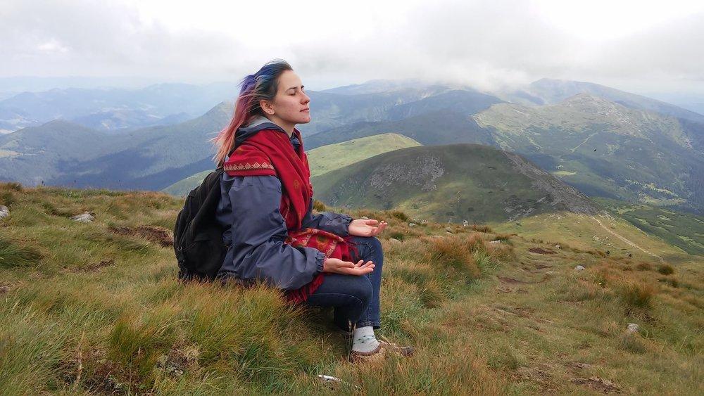 什麼是霎哈嘉瑜伽冥想技巧?    霎哈嘉瑜伽(Sahaja Yoga)是一個簡單而古老的方法,40年來一直堅持純粹的全球公益推廣,已傳遍全世界110多個國家及各大都市,在台灣多個城市已有長期免費的公益霎哈嘉瑜伽。  冥想能夠全面地改善身心健康、睡眠品質、釋放壓力、改善並集中注意力 提高學習與工作效率,並能深入體驗內在的寧靜和喜悅。