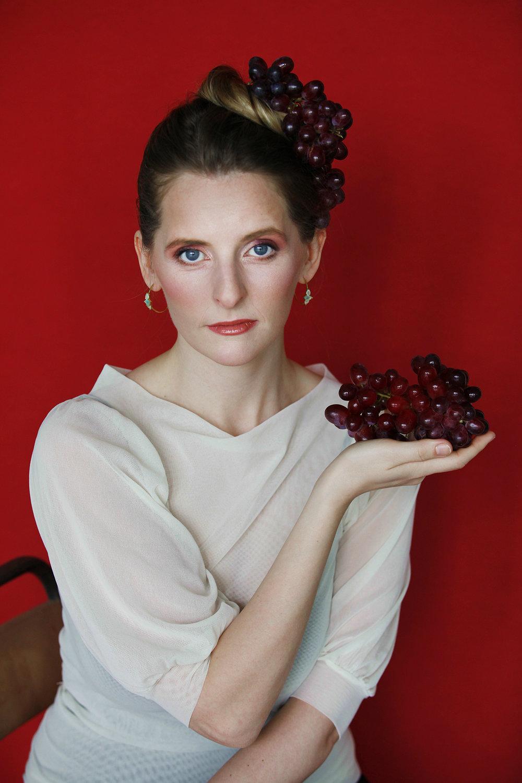 """- wurde in Ísafjörður (Island) geboren und aufgewachsen in einer Musikerfamilie kam sie früh mit Musik in Kontakt. Sie lernte Klavier und Geige spielen, sang in Chören und später kriegte sie auch Gesangsunterricht. Nach dem Abitur zog sie nach Reykjavík, wo sie 2006 Ihren Bachelor in Musik mit Schwerpunkt Gesang machte an der Isländischen Universität der Künste, sowie am Mozarteum in Salzburg. Sie setzte ihr Gesangsstudium an der Hochschule für Musik """"Hanns Eisler"""" in Berlin fort, und beendete es 2010 mit Diplom und 2013 mit Konzertexamen.Bereits während ihres Studiums gastierte Herdís an der Isländischen Oper, Staatsoper Unter den Linden, der Komischen Oper, im Konzerthaus Berlin, an der Neuköllner Oper, sowie in England und Österreich. Neben Konzerten und Liederabenden, u.a. mit Uraufführungen neuer isländischer Musik, hat sie Partien wie Pamina (Die Zauberflöte), Mélisande (Pelléas et Mélisande), Annina (Eine Nacht in Venedig), und Micuccio Fabbri (Manfred Trojahn: Limonen aus Sizilien) gesungen.Nach dem Studium war Herdís ein Jahr Mitglied des Internationalen Opernstudios am Opernhaus Zürich, und 2013-18 Solistin des Opernensembles am Saarländischen Staatstheater in Saarbrücken. Dort hat sie u.a. Adina (Liebestrank), Despina (Cosi fan tutte), Oscar (Un ballo in maschera), die Königin von Schemacha (Der goldene Hahn), La Folie (Platée) und die Nannetta (Falstaff) gesungen, aber auch grossen Erfolg als Maria (West Side Story) und Eliza Doolittle (My Fair Lady) gehabt.Herdís wurde zweimal für den Isländischen Musikpreis als """"Sängerin des Jahres"""" nominiert und in 2016 erhielt sie den Preis Sängerin des Jahres am Saarbrücker Theater."""