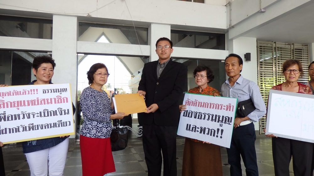 Mrs. Yuparet Woravittayanon, a representative of KCUC members, handing the open letter to DSI's Chief Special Agent Porntep Sarasiri