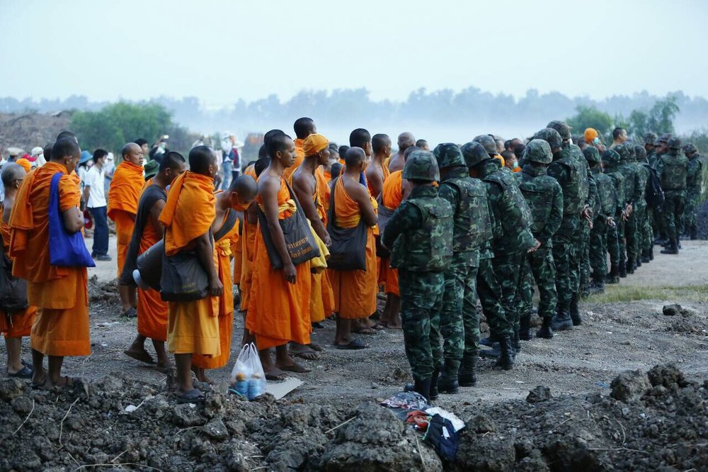 On February 23, 2017, the military advance into Wat Phra Dhammakaya property, on land where the new temple hospital will be built. Buddhist monks and temple devotees rushed to block soldiers from advancing any further.