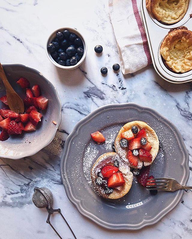 Kedcenc, vasàrnap későn kelős reggelim: holland mini palik, ezúttal egy kis fehércsokilencsével dúsítva 😋 Telente inkább lekvárral szoktam enni, de már megjött az igazi tavasz, úgyhogy éljenek a bogyós gyümölcsök és az eper. Ó eper mennyire vártalak már!🍓😍😋 #lettietlacuisine #dutchbaby #pancake #whitechocolate  #strawberry #blueberry #spring