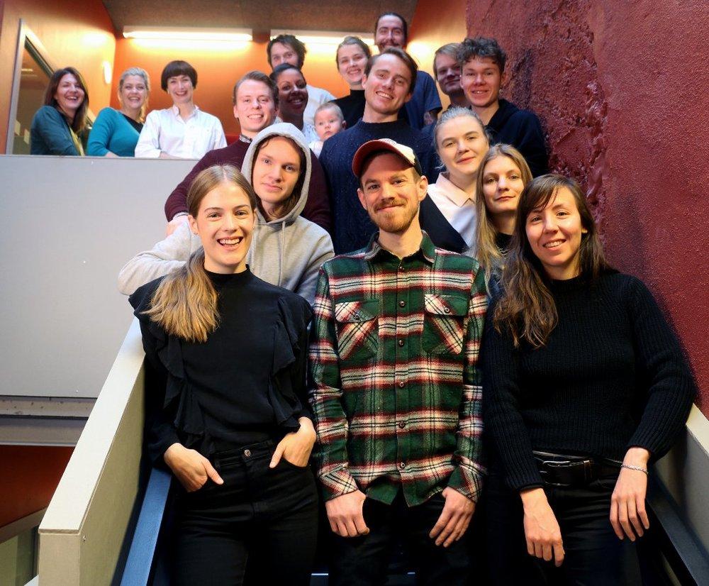 TVIBITSTIGEN: Her er noen av de totalt 23 mottakerne av stipend fra Tvibitstigen, som til sammen har delt ut 500.000 kroner. Det går til alt fra scenekunstnere til fotografer, musikere og magasinskapere. Foran: Åsne Storli (dansekunst), Espen Jenssen (tilrettelegger/arrangør), Marion Bouvier (magasin) 2. rad: Kristian Arne Bruun Lorentzen (musikk), Lisa Skoglund (musikk), Agnese Zile (magasin) 3.rad: Martin Hamre Mathisen (teknologi/app), Nikolai Schirmer (film), Joakim Åsmund Hansen (musikk) 4.rad: Jessica Alice Elstad (design), Camilla R. Nicolaisen (kunst), Robin Røstvig Mathisen (musikk) Bakerst: Vitek Krajcovic og Kevin Lucas (kunst) Fra Tvibit: Mia Eriksen, Sif Vik og Vilde Fjeldheim Wold Foto for Bladet Nordlys:Ylva Schwenke