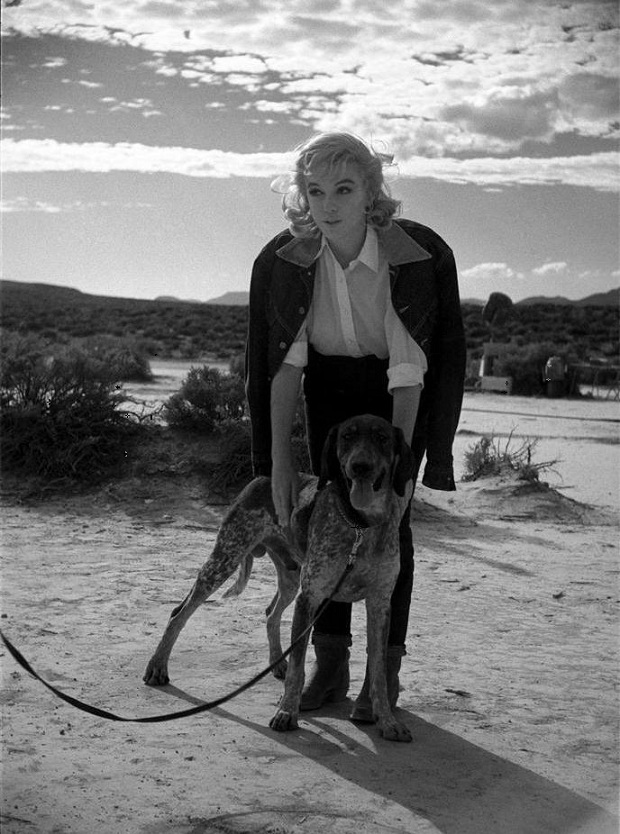 Marilyn Monroe  on the set of  The Misfits  (1961, dir. John Huston) ( via )   Photo by Eve Arnold.