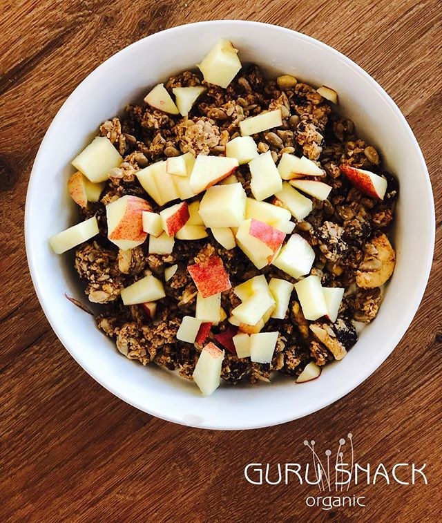 Simple and tasty - organic skyr - original Guru Snack granola - fresh 🍎 #madeindenmark #dehydrated #no added sugar #no E-numbers #gurusnack #organic