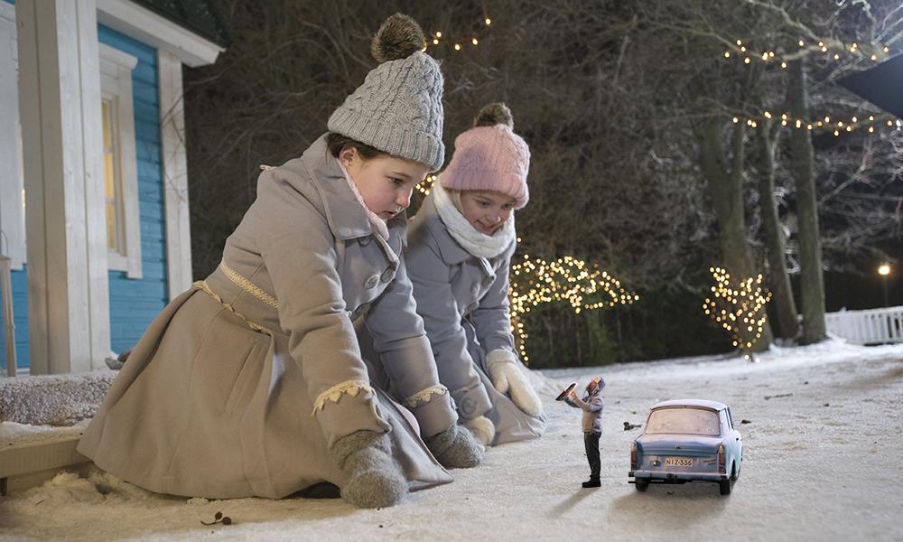 Onnelin ja Annelin talvi on ensimmäinen lastenelokuva , joka on kuvailutulkattu elokuvateatterilevitykseen Suomessa. Kuvassa Onneli (Aava Merikanto) ja Anneli (Lilja Lehto) istuvat maassa polvillaan ja katsovat ihmeissään pikkuruista herra Vaaksanheimoa (Joonas Saartamo). Kuva: Zodiak Finland Oy