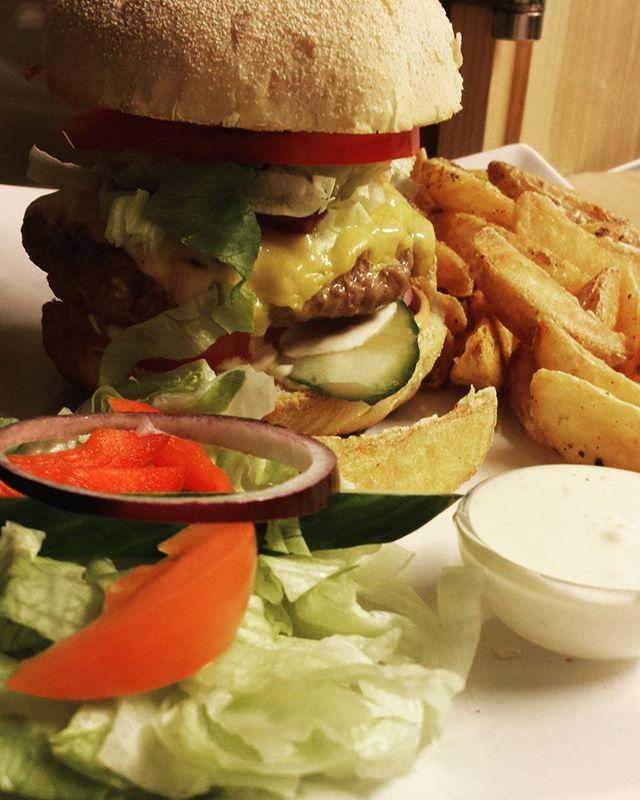 Oppgradert menyen vår fra Inside! Her er en saftig Stargazer 🍔 #kongoscarbiljard #kongoscar #burger