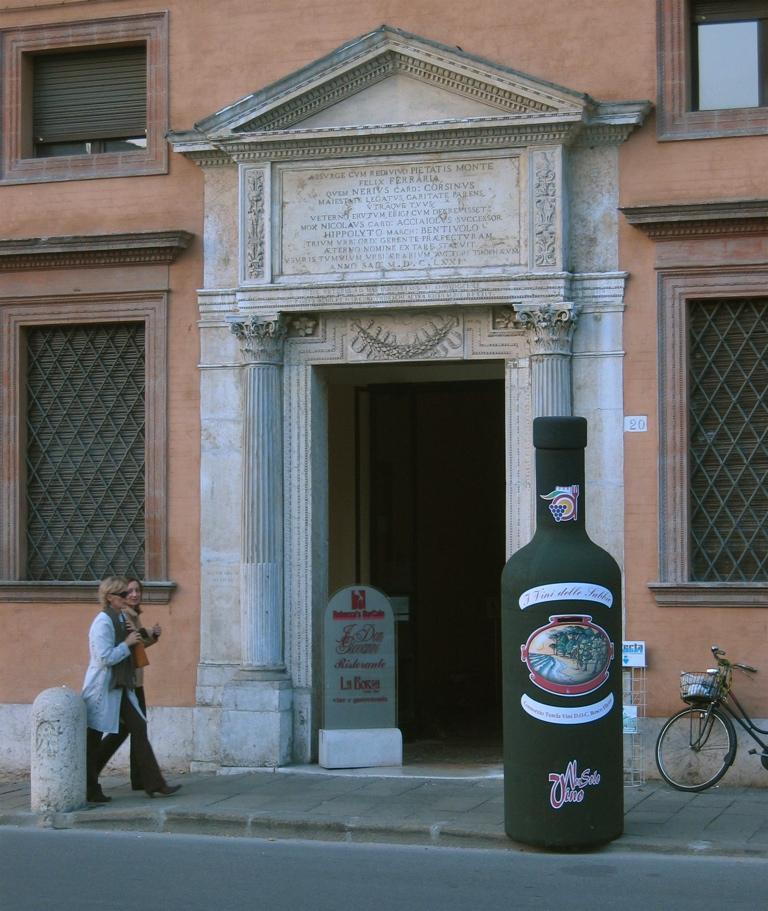 """Ingresso della Ex Borsa di Ferrara durante la manifestazione """"Non solo vino"""""""