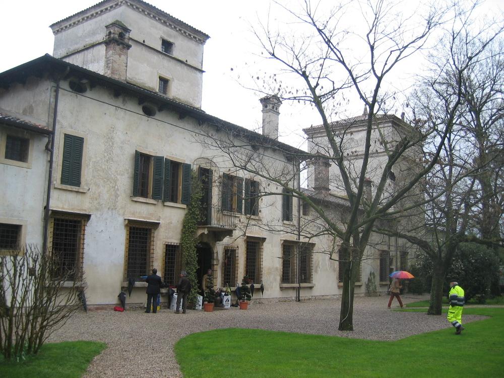 L'esterno di Villa Mattarana durante la prima, piovosa, giornata
