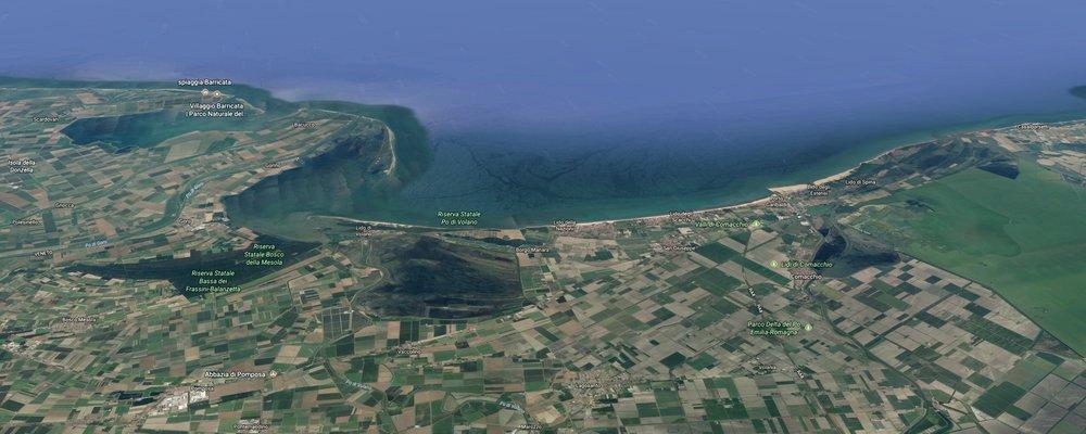 La linea costiera del Fortana Bosco Eliceo DOC, all'estremità orientale della provincia di Ferrara, a sinistra una parte della foce del fiume Po.