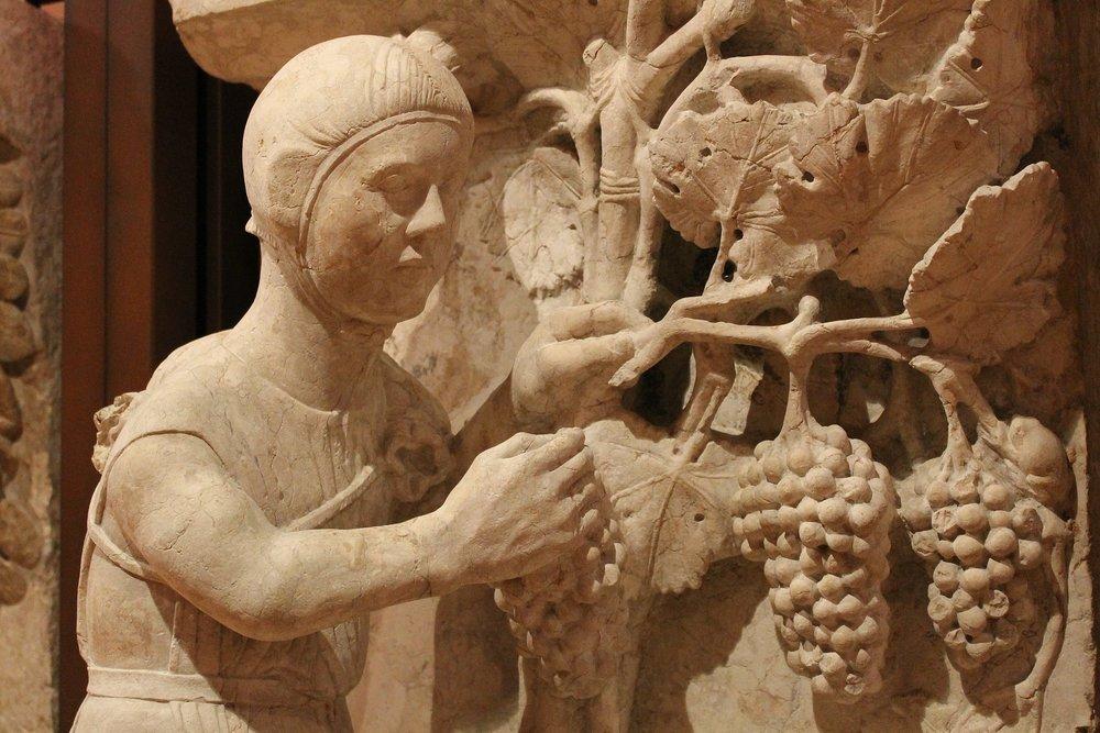 Formella del Maestro dei Mesi della Cattedrale di Ferrara - by Anna Scansani ( Own work ) [CC BY-SA 3.0], via  Wikimedia Commons