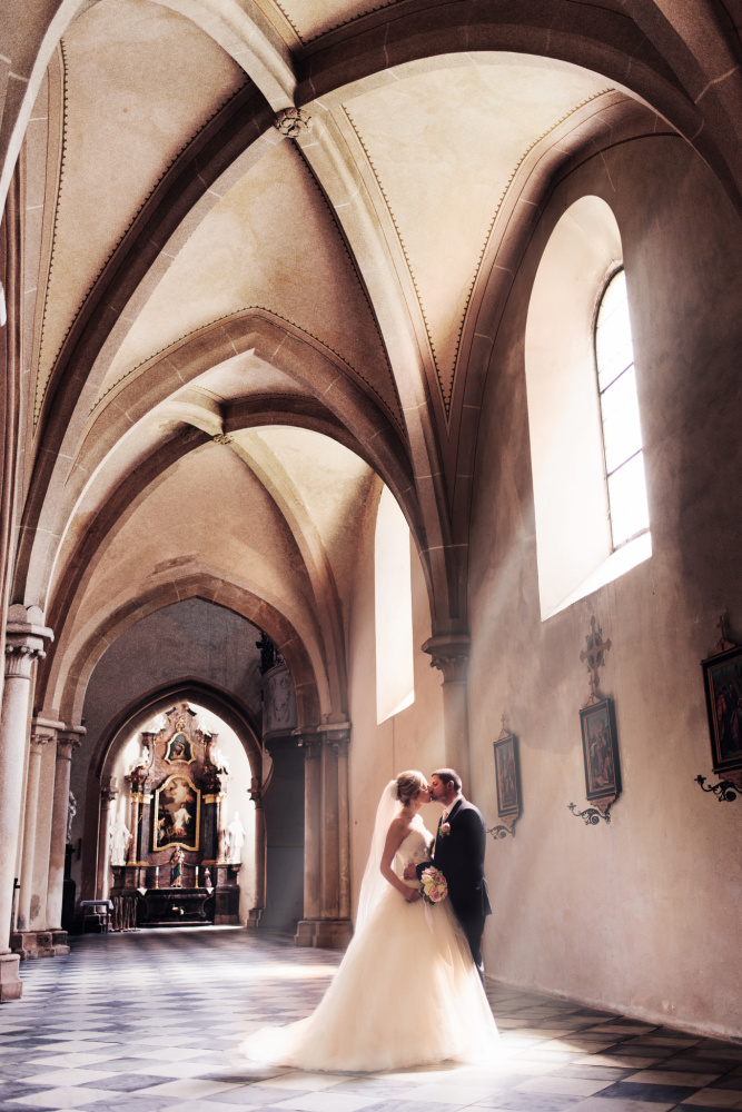 Víťa je prostě profesionál :)  Ze svatby si každý přeje originální, ale krásné, čisté a přirozené fotky a právě Víťa tohle dokáže. S naprostou lehkostí navodí krásnou atmosféru, aby výsledek byl perfektní. Moc děkujeme :) Šárka a Tom K.