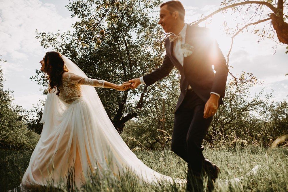 Víťa je bez pochyb skvělý fotograf, kterému vděčíme za krásné fotky ze svatby i z předsvatebního focení. Dokázal dokonale vystihnout atmosféru naší svatby bez nuceného pózování a zbytečných efektů, aniž bychom vnímali jeho přítomnost s foťákem. Vzniklo velké množství fotek, ze kterých jsme nadšení nejen my, ale i naše okolí. Ještě jednou velké díky!:-) Eliška
